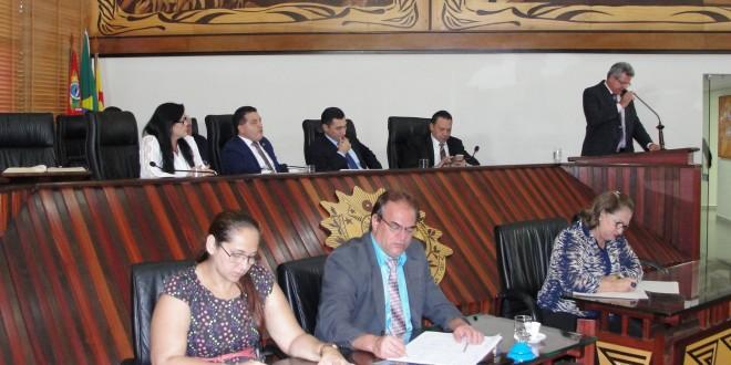 Eber Machado assume presidência da Aleac e conduz reunião de parlamentares com concursados