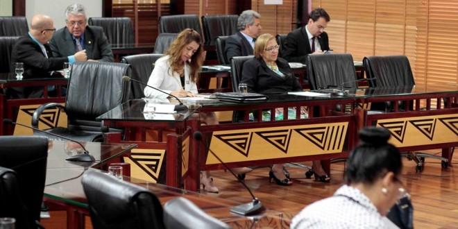 Deputados analisam e votam mais de 60 matérias em sessão na Aleac