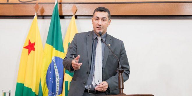 Deputado Jesus Sérgio destaca investimentos na Educação e presença de alunos do IFAC na Aleac