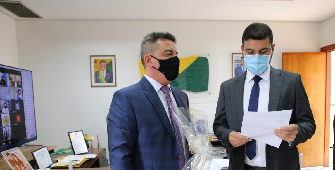 Presidente da Aleac empossa André Vale no cargo de deputado estadual