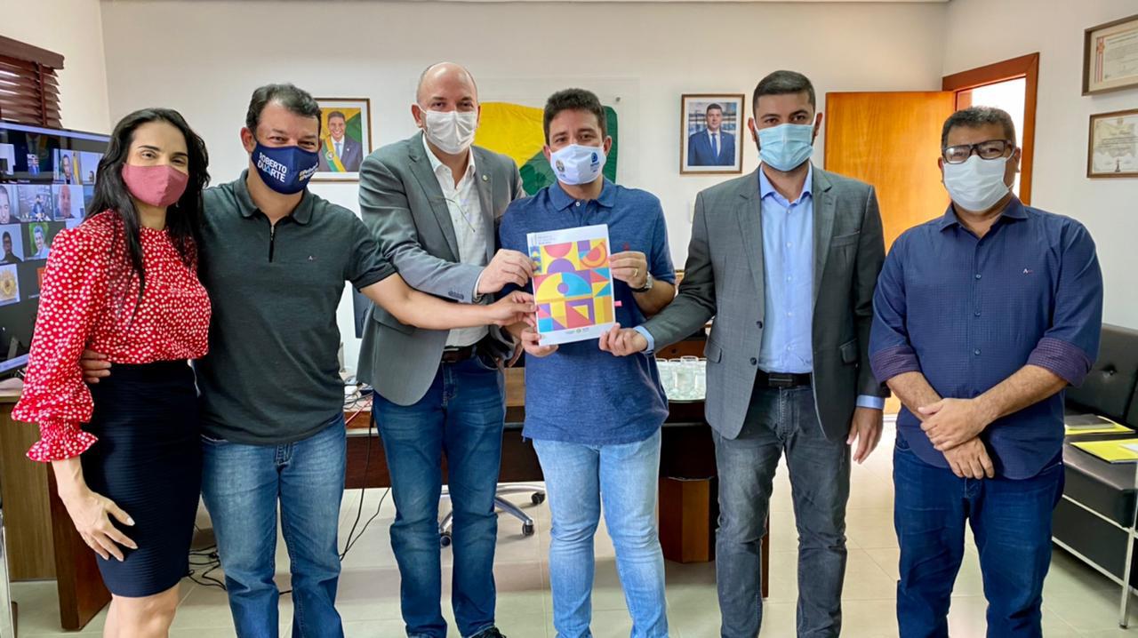 Nicolau Júnior recebe LDO das mãos do governador e agradece parceria do Executivo