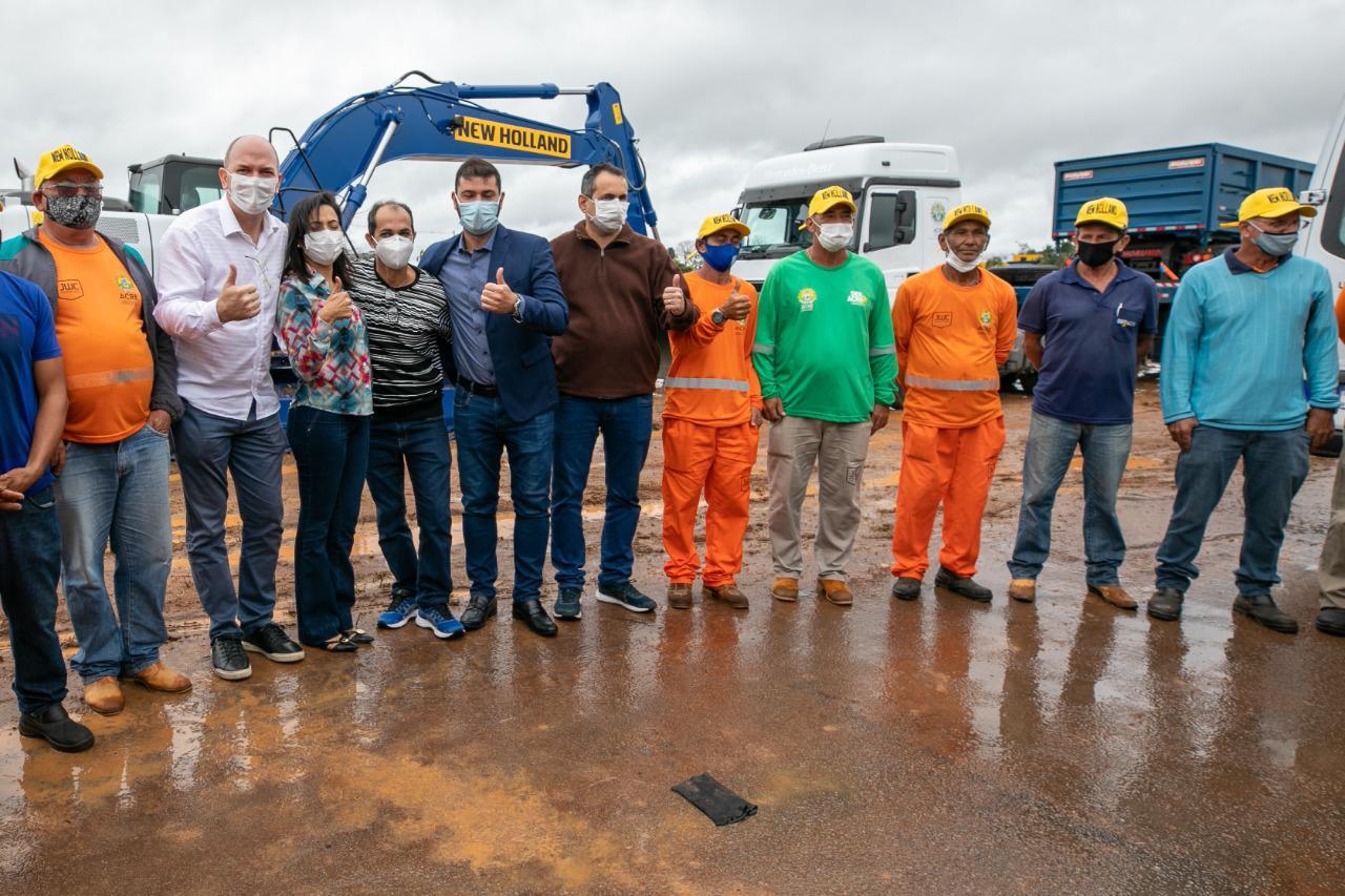 Ao lado de Gladson Cameli, Nicolau Júnior assina ordem de entrega de maquinário e caminhões para abertura e recuperação de ramais
