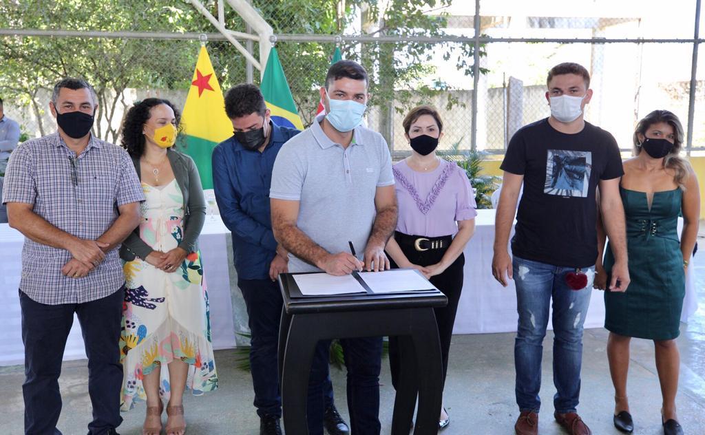Nicolau Júnior participa de Cerimônia de Contratação de Professores Temporários em Tarauacá