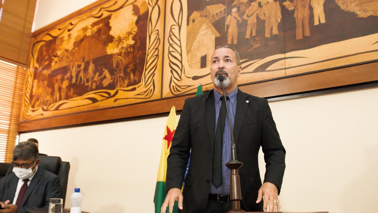 Deputado Nenem Almeida pede que governador diminua ICMS dos combustíveis