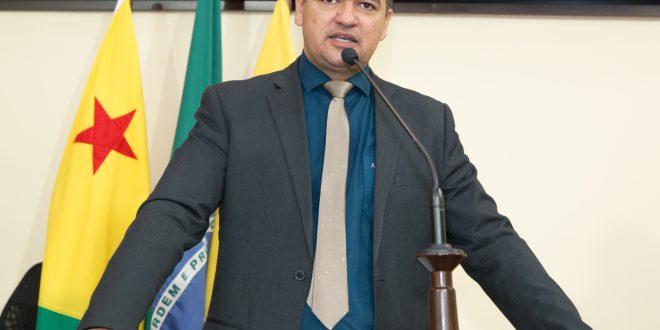 Deputado Cadmiel Bomfim diz que prefeito de Epitaciolândia agiu corretamente ao imunizar policiais