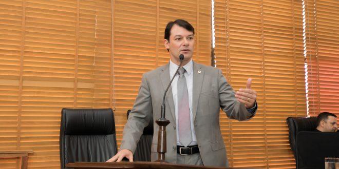 Deputado Roberto Duarte denuncia atraso no pagamento de terceirizados da Educação