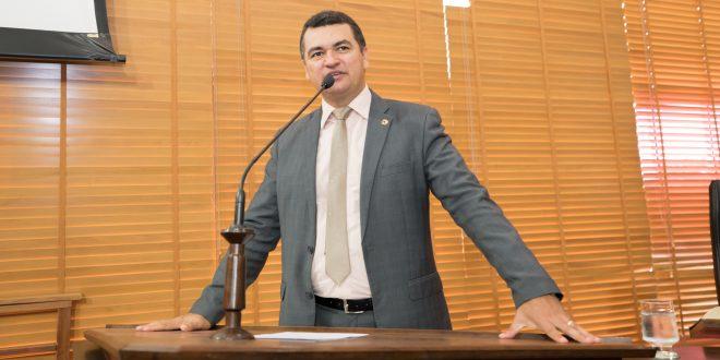 Deputado Cadmiel Bomfim pede reabertura do comércio e isenção de água para bairros atingidos pelas enchentes